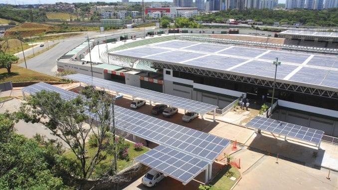 Foto aérea das placas solares do Estádio de Pituaçu