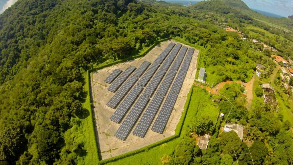 Vista aérea do paineis solares do Centro Aulas de Energia na Usina Solar NORONHA II.