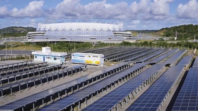 As placas solares foram instaladas do lado de fora da Itaipava Arena Pernambuco.